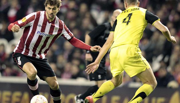 El defensa checo del Sparta de Praha Ondrej Svejdik se mide ante el delantero del Athletic de Bilbao Fernando Llorente.
