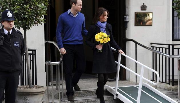 Los Duques de Cambridge abandonan el hospital.