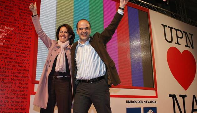 Yolanda Barcina y Alberto Catalán, al término de un acto de UPN en Andosilla, saludando a los afiliados y simpatizantes desde el escenario.