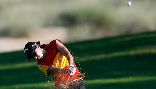 La golfista española Carlota Ciganda golpea la bola en el torneo Omega Dubai 2012 que se disputa en los Emiratos Árabes Unidos.