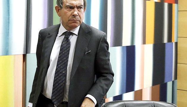 El presidente de Caja Navarra, José Antonio Asiáin, a su llegada a la rueda de prensa