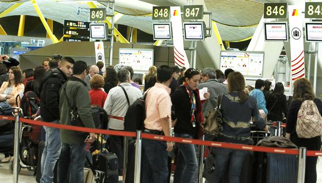 Pasajeros en el aeropuerto de Barajas en una nueva jornada de huelga de los pilotos de Iberia.