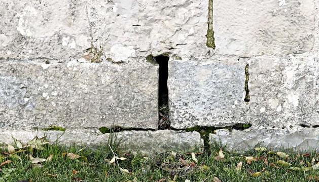 La ranura de la muralla donde la Guardia Civil colocó el sobre-cebo