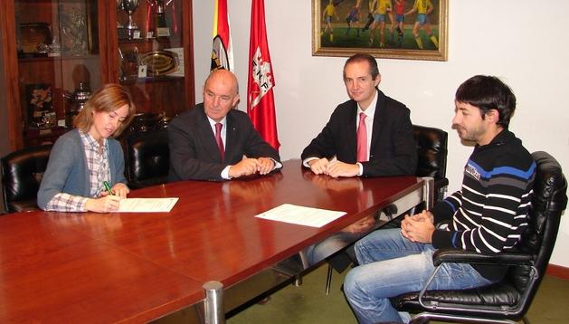 José Luis Díez (2º izda), en un momento de su toma de posesión como presidente de la Federación Navarra de Fútbol