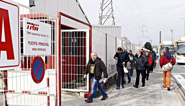 Trabajadores, en el acceso a TRW a la planta, ayer, en Landaben
