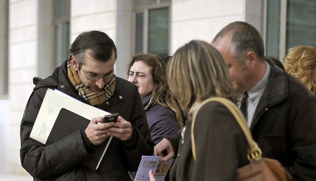 Sergio Gómez (i), abogado del exdiputado del PP Santiago Cervera, en los juzgados de Pamplona.