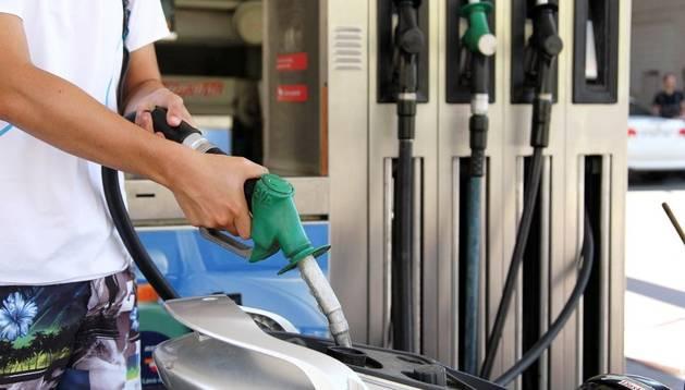 Un joven echa gasolina en una estación de servicio de Tudela.