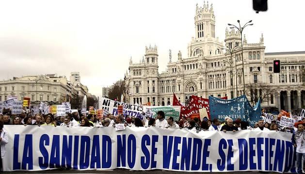Miles de batas blancas salieron a las calles de Madrid contra el