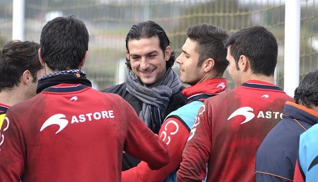 Osasuna ya está preparando el partido del próximo sábado ante el Granada. En el entrenamiento de este martes, la plantilla tuvo la visita de Ricardo, exportero rojillo que fue recibido con abrazos.