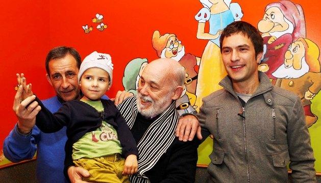 De izda. a dcha.:  Carlos Gorricho (Grupo Vocal Elkhos), Alfonso Ortiz (Gure Abestiak Abesbatza) con la pequeña Irune Leza Elizalde en brazos y Ion Irazoki (Mendi Abesbatza), en la sede de ADANO.