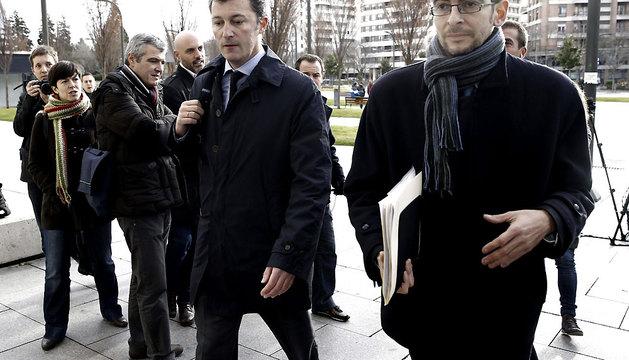 El exdiputado del PP Santiago Cervera (i), junto con su abogado Sergio Gomez, llegando al Palacio de Justicia de Pamplona.