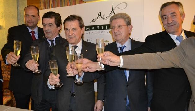 La junta directiva de Osasuna, con Archanco (centro) a la cabeza brindan por las Navidades tras la comida con los medios de comunicación