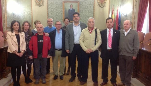Los funcionarios homenajeados junto al alcalde de Tudela, Luis Casado