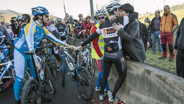 Miles de ciclistas profesionales y aficionados han arropado hoy a la viuda (en la imagen) y demás familiares de Iñaki Lejarreta, en el homenaje que ha recorrido el tramo entre Bilbao y Iurreta, en el punto en el que murió atropellado por un vehículo
