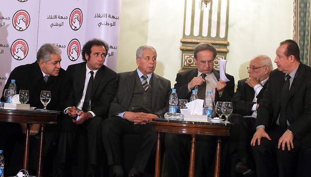 Miembros de los partidos de la oposición reunidos para dar a conocer su malestar por la consulta sobre los cambios en la Constitución egipcia