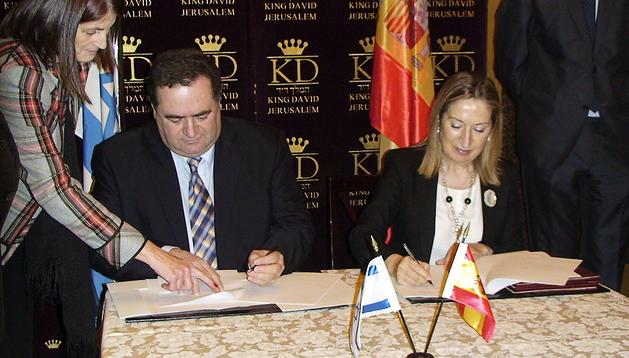 La ministra de Fomento, Ana Pastor, y el ministro israelí de Transportes, Israel Katz