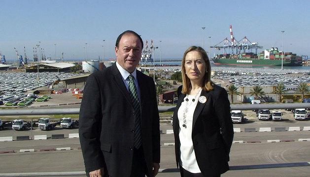 Ana Pastor, en el puerto israelí de Ashdod, al sur de Tel Aviv junto al director del puerto.