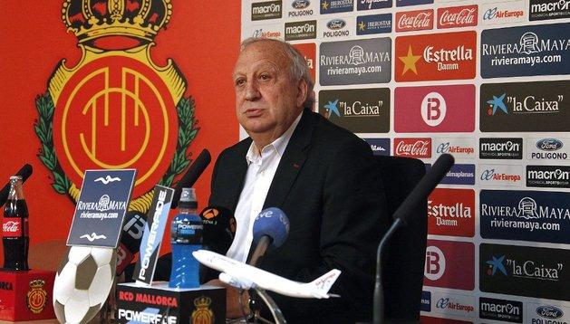 Jaume Cladera, durante la rueda de prensa que ha ofrecido en la que ha anunciado su decisión de dimitir de los cargos de presidente y consejero del la entidad balear