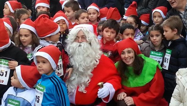 Papá Noel se calzó las zapatillas y salió a correr por las calles de Pamplona junto a casi 300 niños