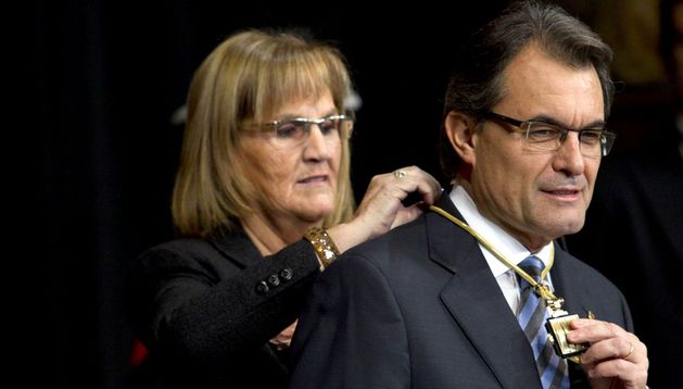 La presidenta del Parlament, Núria de Gispert, impone la medalla de la presidencia de la Generalitat a Artur Mas