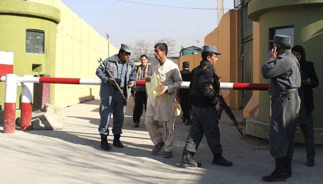 Policías afganos vigilan el cuarte general donde una mujer mató a un civil estadounidense