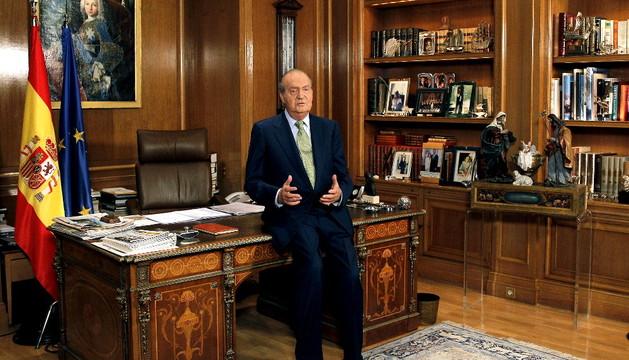El rey Juan Carlos se dirige a los españoles desde el Palacio de la Zarzuela en su tradicional mensaje de Navidad