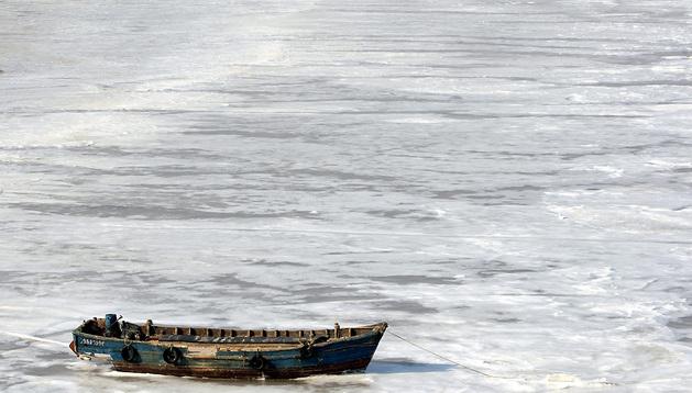 Barcas de pesca atrapadas en las aguas congeladas de la bahía Jiaozhou Bay en Qingdao.