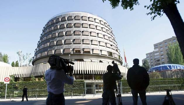 La sede del Tribunal Constitucional, en Madrid. En primer plano, periodistas tomando imágenes del edificio