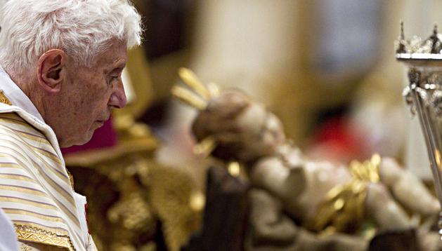 El papa Benedicto XVI celebra la misa de Navidad 2012, en la Basílica de San Pedro, Ciudad del Vaticano