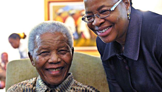 Imagen del 16 de mayo de 2011 de Nelson Mandela junto a su esposa, Graca Machel