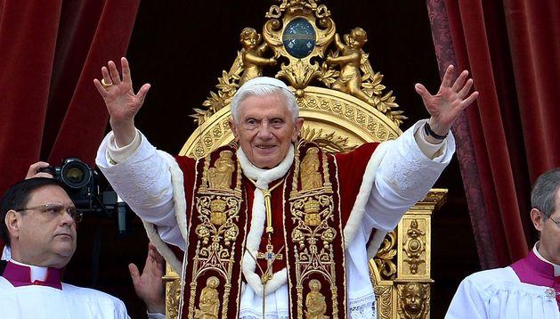 Benedicto XVI realizando la bendición 'Urbi et Orbi'