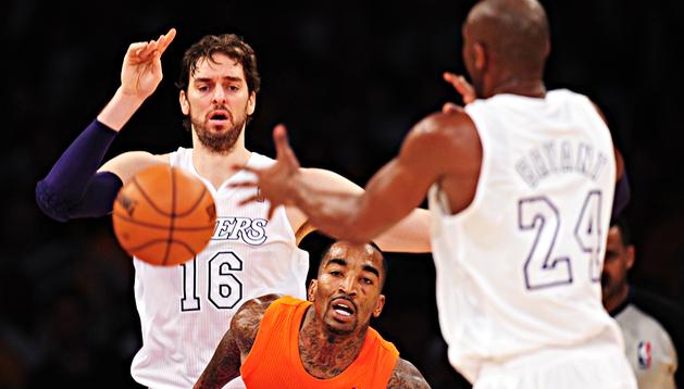 Pau Gasol observa cómo Kobe Bryant recibe el balón en presencia de J. R. Smith, de los Knicks