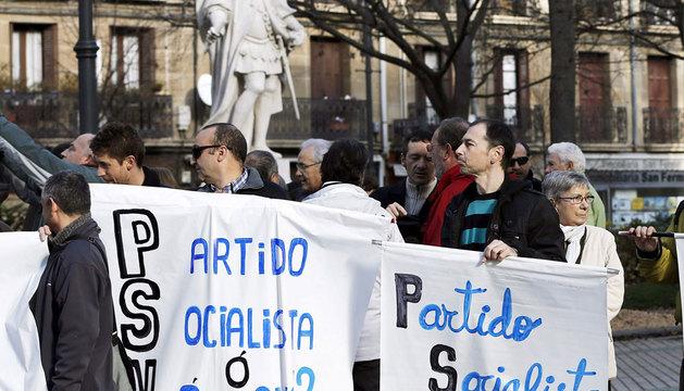Medio centenar de personas se han concentrado en Pamplona.