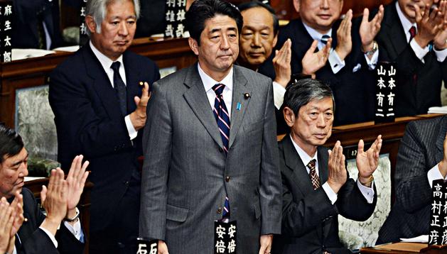 El nuevo primer ministro, Shinzo Abe (en el centro, de pie) recibe el aplauso del Parlamento nipón tras su elección