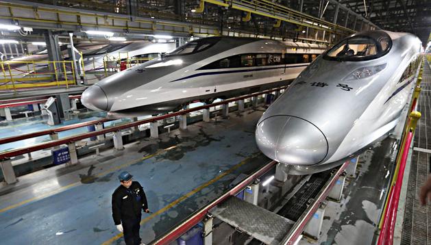 Trenes de alta velocidad realizan una prueba en una estación de mantenimiento en Wuhan (China)