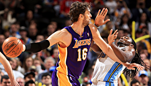 Pau Gasol intenta un pase ante el jugador de los Denver Nuggets, Kenneth Faried