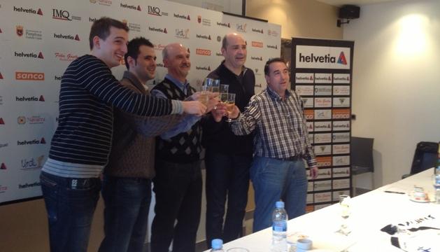 Directivos, entrenador y jugadores de Anaitasuna brindan por el nuevo año