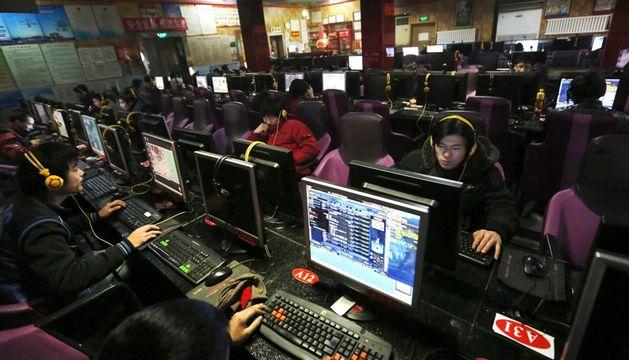 Varias personas utilizan los ordenadores de un cibercafé en Pekín (China)