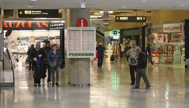 La galería comercial de la estación de autobuses está situada en la segunda planta, a la misma altura que la dársena y las taquillas de venta de billetes.