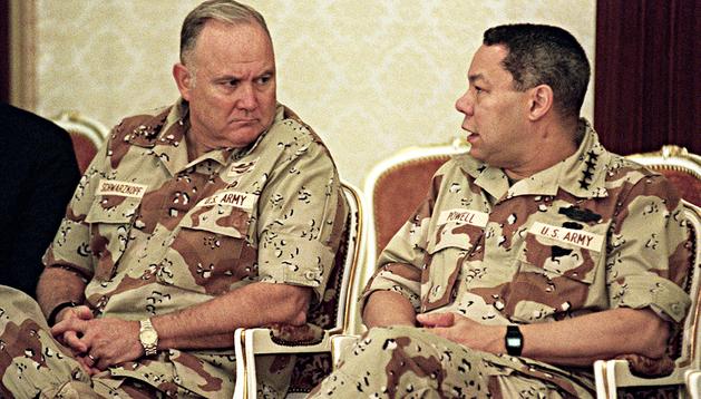 Norman Schwarzkopf (izda.) charla con el entonces Jefe del Estado Mayor conjunto, Colin Powell, en un campamento de Arabia Saudi