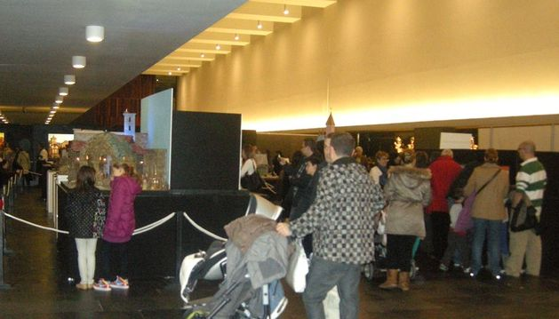 Cerca de un centenar de personas visitan la exposición de belenes de Baluarte
