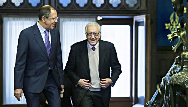 El mediador internacional para Siria, Lajdar Brahimi (dcha.) junto al ministro ruso de Exteriores, Sergei Lavrov
