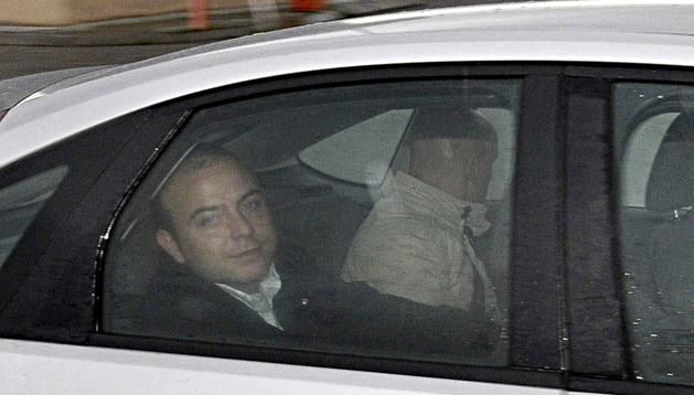Ángel Carromero (izda.) en el momento de su llegada a la cárcel de Segovia