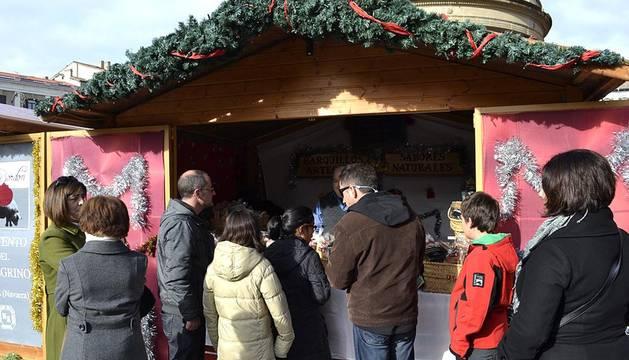La soleada mañana del domingo ha animado a decenas de personas a acercarse a la Feria de Navidad ubicada en la Plaza del Castillo