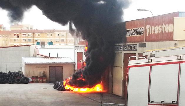 El incendio ha provocado una intensa columna de humo por los residuos de neumáticos.