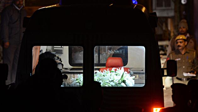 La ambulancia con los restos de la joven de 23 años, rodeada de seguridad, en Nueva Delhi