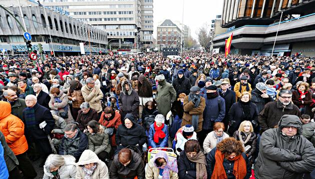 Miles de personas durante la misa en la Plaza de Colón de Madrid, con motivo de la festividad de la Sagrada Familia