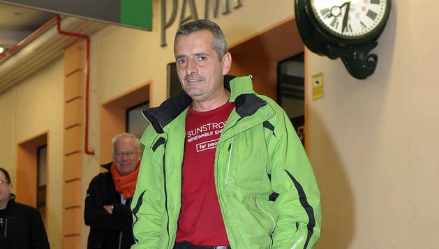 El periodista navarro Guillermo Nagore es recibido por familiares y amigos a su llegada a Pamplona tras recorrer 6.086 kilómetros