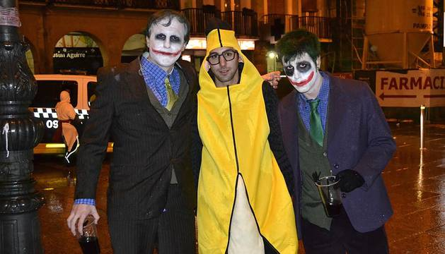 Desfile de disfraces por las calles de la capital navarra para celebrar una de las noches más esperadas.