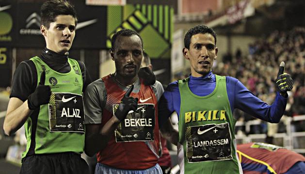 El etíope Tariku Bekele (centro), vencedor en la San Silvestre Vallecana, posa junto a los españoles Roberto Alaiz (izda.), segundo, y Ayad Lamdassem (dcha.), tercero